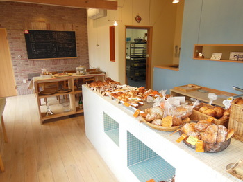 かわいいパンがたくさん並ぶ店内。