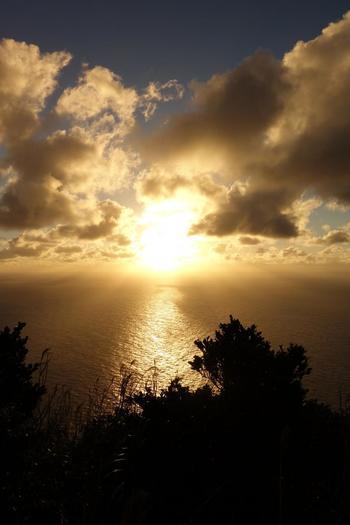 よく晴れた日には、八丈島も見えるようです。 空や雲が近くに感じられて、まさにこの景色を一人占めしているみたい!