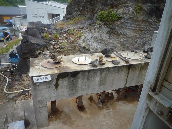 島内のふれあいサウナ近くにある地熱釜は自由に使うことができます。 釜の中に卵やソーセージを入れて蒸かすことができます。