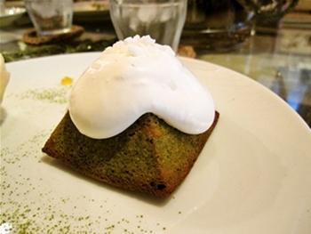 富士山をイメージして作られた、三角形の焼き菓子。とっても美味しそう♡