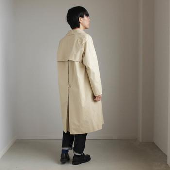 個性的な背中デザインも人気の秘密。シルエットの調整が可能なボタンプリーツ付きです。