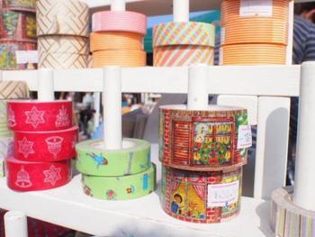 洋服や小物、アクセサリー作りにも使えそうな糸の販売も。 カラフルな色たちに、何を作ろうかワクワクしそう。