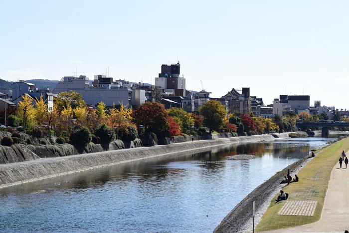 鴨川は、桟敷ケ岳付近を源とし桂川の合流点に至るまで京都市内を南北に流れる約33kmの河川です。悠久の歴史の中で京文化を育んできた川であり、今も憩いの場として多くの人に親しまれています。