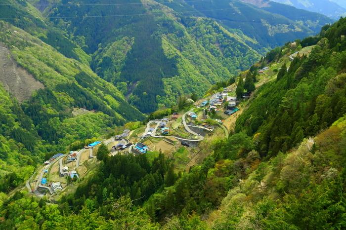 「下栗の里」(長野県飯田市上村)/谷底に向かって家々が点在する光景は、日本のチロルと呼ばれています。南アルプスを望み、日本の原風景が残るこの村は「にほんの里100選」に選ばれたこともあります。