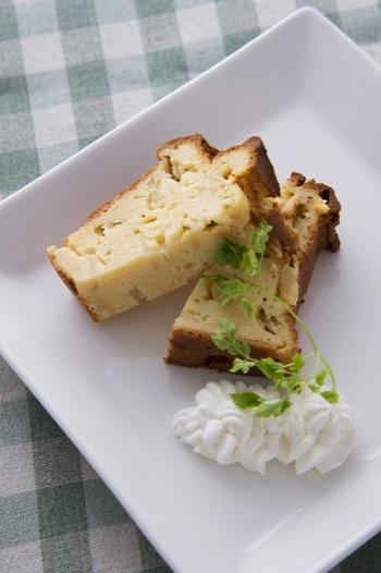 """おからは、おからでも乾燥させて粉末にした""""おからパウダー""""を使ったパウンドケーキ。生のリンゴと牛乳でしっとり食感に♪スイーツなのに食物繊維たっぷりです。"""