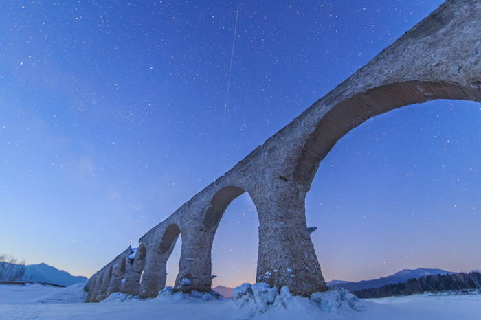 「タウシュベツ橋梁」(北海道上士幌町)/かつて国鉄士幌線で使われていた、糠平湖にあるアーチ橋。