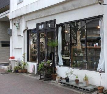 2003年にオープンされた、京都御所の近く(河原町丸太町)にある5坪ほどの小さな店。一見、骨董品屋さんのようですが、作家さんのオリジナル作品を扱うお店です。