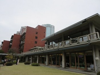 国際文化会館は多度津藩の江戸屋敷であった敷地に建てられた国際交流を目的とした建物で、前川國男氏、坂倉準三氏、吉村順三氏の3名の共同設計です。