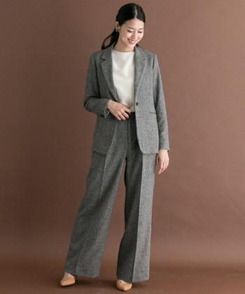 テーラードジャケット+ワイドパンツのセットアップ。メンズライクなスタイルですが、ウール混素材のツイードは、温かく女性らしい印象に。