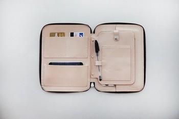 お財布は本来はお金を収納する場所。常に携帯するのでついついお金以外のものを入れてしまいがちですね。病院の診察カードや免許証、定期券やICカード、お守りもお財布に入れていたりしませんか?お金以外のものをお財布に入れてしまうのはお財布がパンパンになってしまう最大の理由です。お財布はお金以外入れない。これが大原則です。