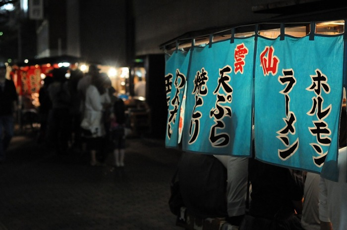 福岡市内に150軒以上ある屋台。天神・中洲・長浜エリアに点在していますが、地下鉄に近く女性も入りやすい屋台なら、天神がおすすめだとか。ラーメンやおでん、串焼きなどが食べられる定番の屋台のほかにも、イタリアン屋台やアジア料理屋台などもあります。