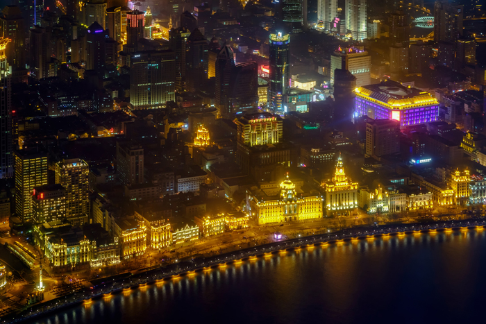 上海のおしゃれな顔を楽しむのもおすすめです。写真は、外灘(バンド)。幻想的な夜景の美しさは見事です!夜景が楽しめるレストランもありますし、遊覧船からも眺めるのも素敵です♪