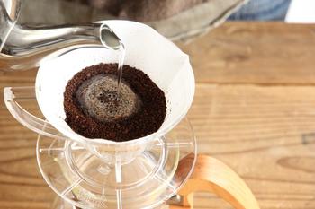 """ドリップコーヒーを淹れるときに大事なのがこの""""蒸らし""""。お湯を粉の中心に細く注いで、20~30秒蒸らすだけ。この蒸らしをすることで、均一に旨味を抽出することが出来るようになります。このひと手間でコーヒーがぐっと美味しくなるので、必ず蒸らしは行いましょう。"""