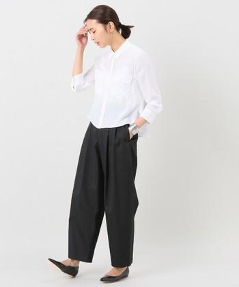 真っ白なシャツはクリーンなイメージだけでなく素敵な女性という印象にしてくれます。