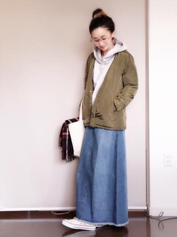 パーカーも取り入れやすいメンズアイテムですね。こちらはカーキのナイロンジャケットを羽織っています。ボトムはスカートにして女の子らしさもプラス。