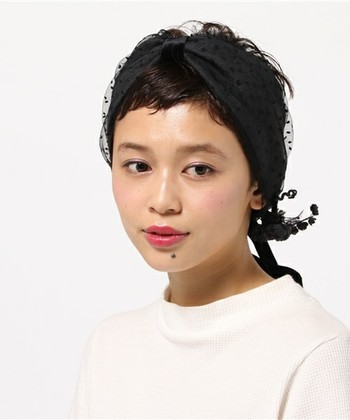 元気なイメージのベリーショートヘアは、ドット柄やチュール素材などクラシックな雰囲気のヘアアクセサリーを使うと一気にレトロな雰囲気に♪フェミニンさもプラスされますね。