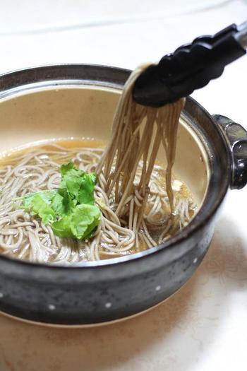 串鍋や草鍋のシメに、日本蕎麦はいかがですか?野菜や肉からうまみの出ただしがお蕎麦にからんで、そのおいしさに驚かされます。お鍋はシメが大きなお楽しみですから、いろいろとアイデアを凝らしてこだわりたいですね♪