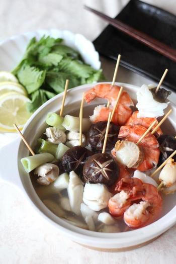 海老、ホタテ、タラなどの魚介を串刺しにした海鮮串鍋。鶏ガラだしであっさりと仕上げます。ポイントは、海老やタラの下処理をきちんとすること。くさみのない澄んだスープになります。