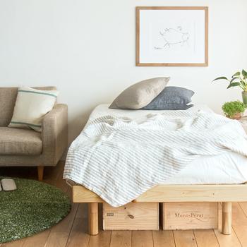 ベッド下に木箱を入れるだけで、あっという間に収納スペースの出来上がり。そのまま木目を生かしたデザインも可愛いですが、あえてビビットなカラーでペイントしてみても良いですね。