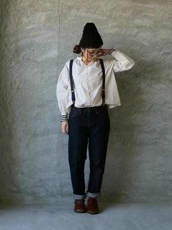 だぼっと感とゆるさが魅力のデニムは、サスペンダーで、リラックス感を強調して。ニット帽とちらりと見える靴下のゆるふわ感がたまらなく素敵です!