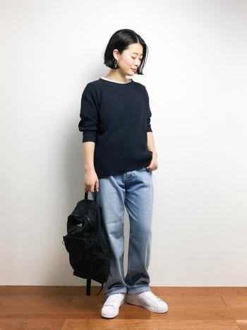 ややオーバーサイズのメンズスタイルはクールな印象です。穿きこんで色落ちしたデニムは程良いゆとりがあって体型カバーにも。