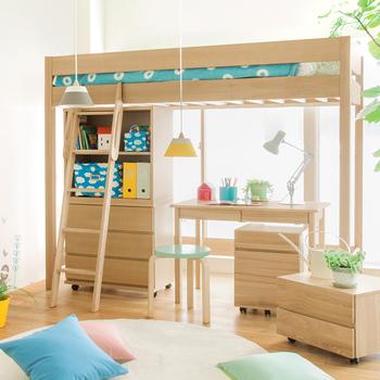 ロフトベットに、シリーズの家具を組み合わせて、自分だけの秘密基地の完成です。スペースが2倍に使えてとっても便利。