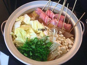 こちらは、味噌味の肉巻き串鍋。ネギや大根をお肉で巻いて、串に刺しています。味噌味は、心も体もほっこりと温めてくれますね。