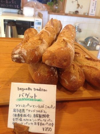 もちろんバケットも人気。洋の料理だけでなく、日本の煮込み料理などにも合ってしまう究極のフランスパンです。