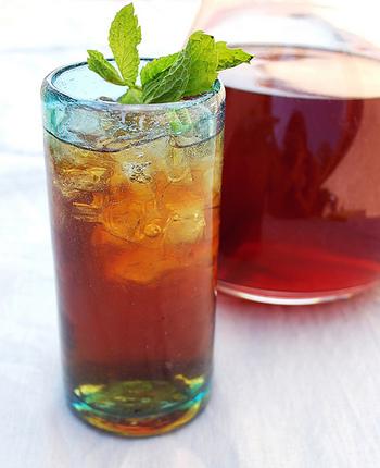 ミント茶。洗って葉を乾燥させ、水から煮たててエキスを抽出させます。甘茶(市販)などとブレンドしても楽しめます。熱いお茶でも冷たく冷やしても頂けます。そのまま熱湯を注ぎ、ショウガ茶などとブレンドしても楽しめます。