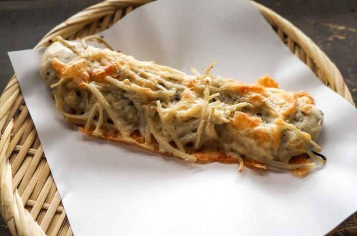 隠れた名品ごぼうパン。ごぼうの風味が生きている。ごぼうとチーズが意外にもベストマッチ。