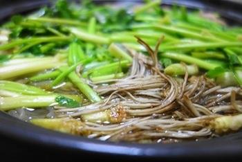 せりの根っこまで食べる仙台の郷土料理「せり鍋」は、せりの風味とシャキシャキした食感の良さで人気があります。草鍋の原形かもしれませんね。野菜が主役の鍋は、野菜本来のおいしさが味わえます♪