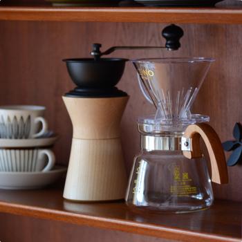 日本を代表するハンドドリッパ-の一つである「KONO式ドリッパ-」。ネルドリップで淹れたようなコーヒーをお家で気軽に楽しめるのが、KONO式ドリッパ-がコーヒー好きに長年愛され続けている理由。