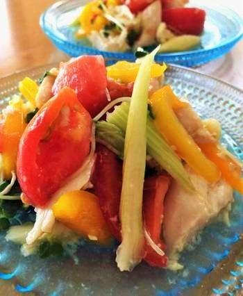 忙しい時こそ頂きたい発酵食。塩麹・甘酒・EXVオリーブオイルでドレッシングを作った「たっぷり野菜とささみのヘルシーマリネ」は、他のお料理と並行して作れます。