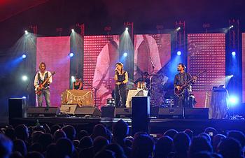 The Cardigansは、スウェーデン出身のロックバンド。1994年にデビューし、1995年の2ndアルバム「ライフ」が特に日本で大ヒット。プラチナアルバムとなりました。ボーカルのキュートな歌声とロックなサウンドが融合したスウェディッシュポップが特徴です。