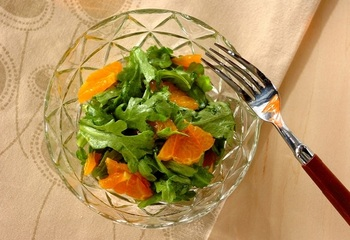 冬の旬を頂く『春菊とみかんのサラダ』は、春菊のほろ苦さとみかんの甘さでバランスのとれたおいしさ。10分で完成です。