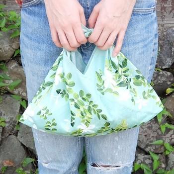 ジャスミン柄のハンカチをあずま袋にリメイク!爽やかなミントグリーンが、ハッピーな風を運んでくれそう。