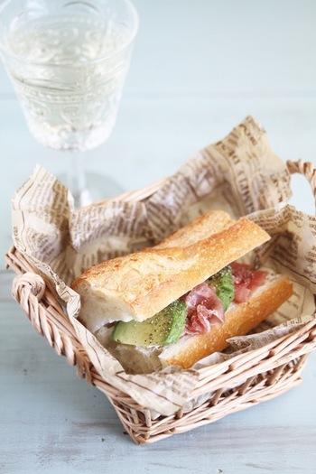 生ハムとアボカドをバゲッドにはさんだ簡単サンドイッチ。生ハムの塩気とアボカドのジューシー感が絶妙にマッチング!ピクニックや外ランチにもぴったりです。アボカドの代わりにフルーツを使っても美味しく仕上がるのでおすすめ。