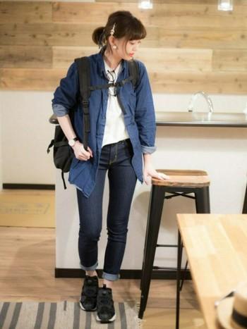 男女共に人気のあるデニムシャツ。メンズはレディスよりも凝ったデザインが多いのが特徴です。少し大きめのものをふわっと羽織りたい時におすすめです。
