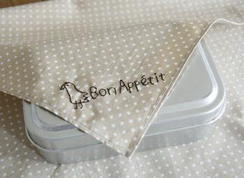 フランス語で「召し上がれ」という意味の「Bon Appetit」の文字と、小鳥をちょこんとあしらって。手書き風の素朴なタッチに和み度満点♪