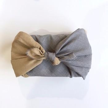 絣(かすり)織りの和モダンなランチクロスです。天然染料で染め上げた、ナチュラルなツートンカラーが目を引きます。