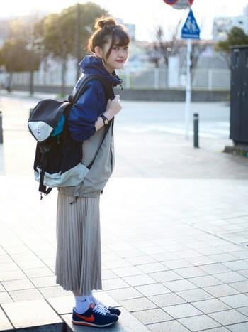 アウトドアブランドはメンズの方がデザインも豊富ですよね。ゆったり着れて動きやすいし中に着込むこともできるので女性にもおすすめです。こんなふうにプリーツスカートを合わせても可愛いですね。