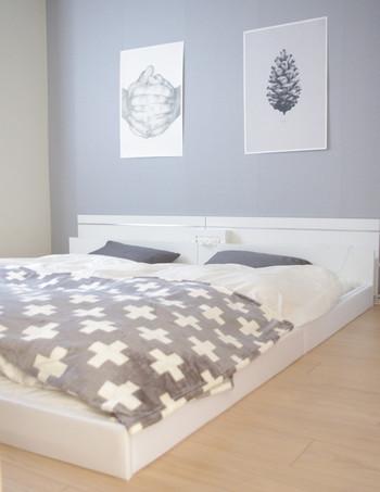 寝室は、アクセントクロスや塗装で、広い面積をグレーにするとより落ち着けるお部屋に。グレー×ホワイト×ベージュの3色でまとめた居心地のよさそうなお部屋。やさしい夢が見られそうですね。