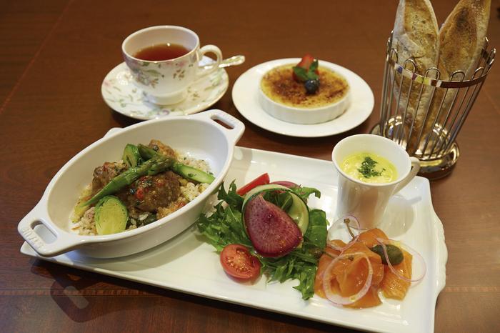 ザ・ロビーラウンジでは、カフェだけでなくディナータイムに料理をいただくこともできます。ジャズやクラシックの生演奏に耳を傾けながら、美しく盛り付けされた料理をいただいてみてはいかがでしょうか。