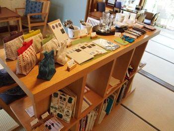 最初に入ると、まず雑貨が目に留まります。 カフェだけでなく雑貨も選べるので、お土産探しにぴったり。
