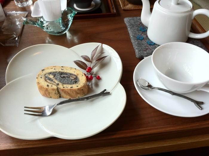 人気のロールケーキは季節によって味が変わるので、いつ訪れても飽きません。 ケーキに添えてある季節の一品(葉っぱや折り鶴、木の実など)に心遣いを感じます。  出て来たときに気持ちがほんわか嬉しくなる素敵なカフェです。