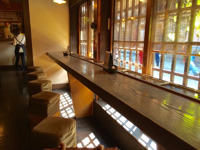 店内には一階席と二階席があります。 写真は一階席。 二階席はお座敷カウンターになっていて、少し高い位置から町並みを見ることができます。