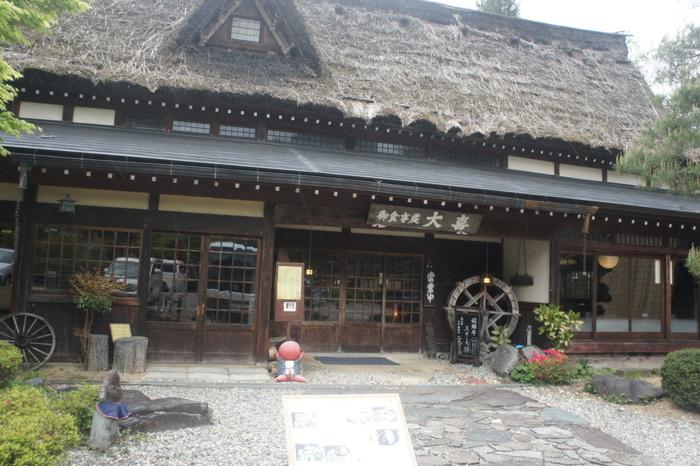 高山の中心街から少し外れた場所にある食事処大喜は、富山県の古い合掌造りの家を高山に移築したお店です。 築200年ほどの合掌造りは、まさに田舎情緒あふれる佇まい。  合掌集落に行く時間がないという人は、ここで合掌集落気分を楽しむのもいいかも。