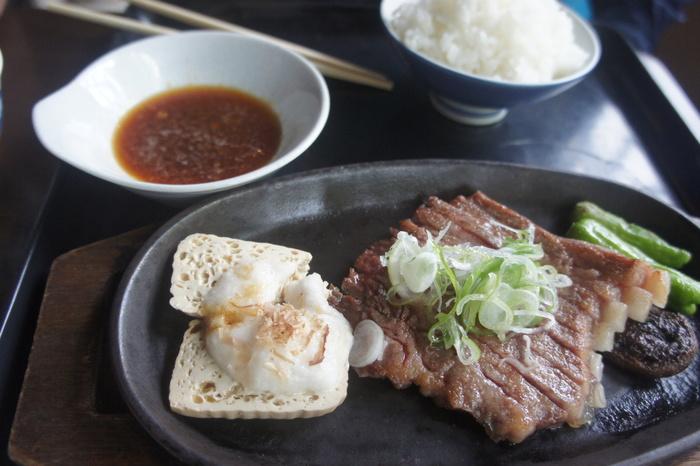 飛騨牛や朴葉味噌、山菜など、飛騨高山の伝統料理がメインのお店です。
