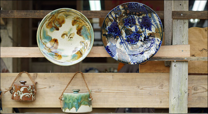 琉球王国時代の1682年、当時の尚貞王(しょうていおう)が焼き物産業を振興するために、王国内に散らばっていた陶工を壺屋に集めます。これが壺屋焼の始まりとなりました。