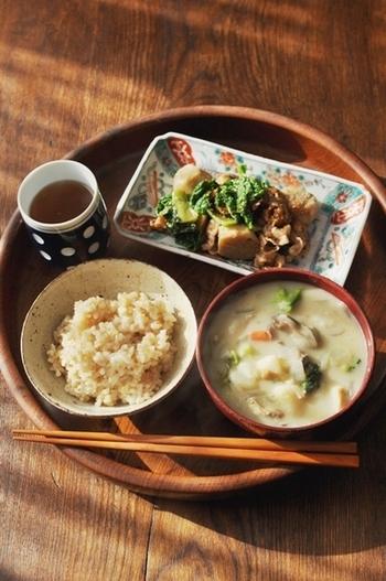 料理に慣れていないうちは、一汁一菜メニューがおすすめです。メインを肉や魚にして、野菜はお味噌汁で具材をいっぱいにすると栄養面もぬかりナシ♪